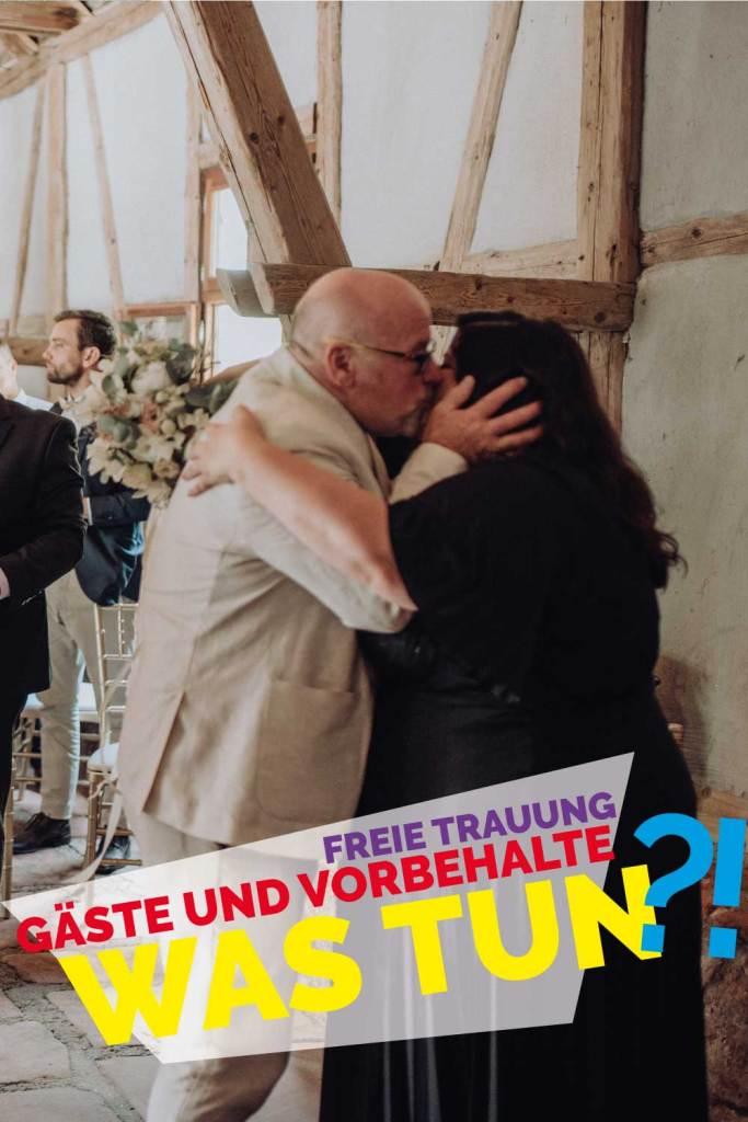 Kuss bei freie trauung mit friederike delong als trautante im burghof in brombachtal im odenwald von candida und max-jan