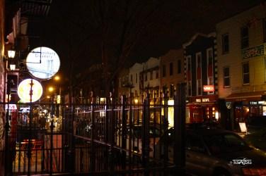 Straße in Williamsburg bei Nacht