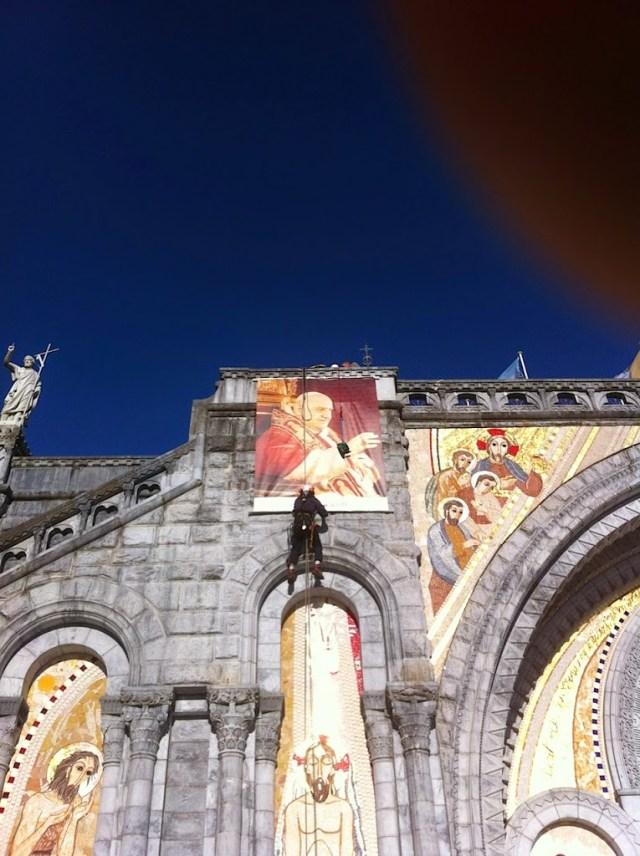 travaux en hauteur mise en place d'affiches Lourdes