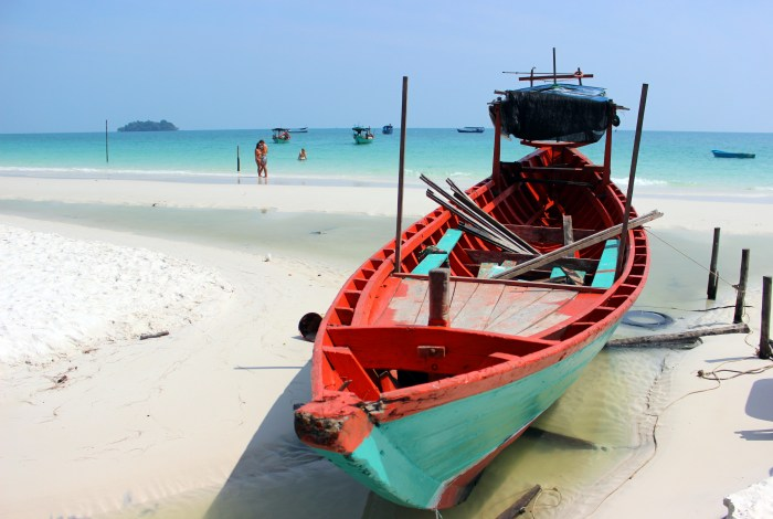 beach koh rong with boat