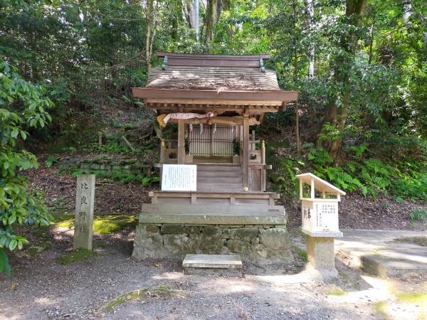 烏帽子形八幡神社の比良野社
