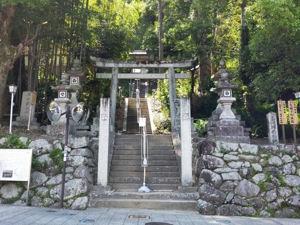 烏帽子形八幡神社の入口