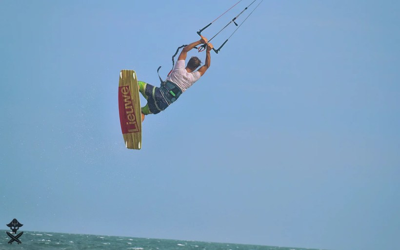 vincent loof doing unhoocked bakcroll kite jump with lieuwe shot gun kite board in mui ne beach wietnam 2018