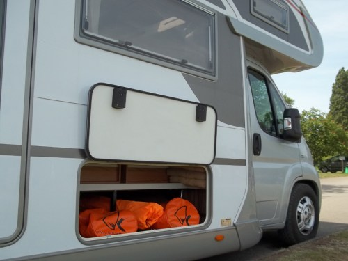 katamaran smartkat spakowany w luk bagażowy kampera