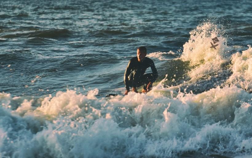 surfer płynie na fali w Chałupach pająk