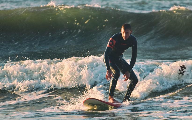 surfer płynie w Chałupach na Helu