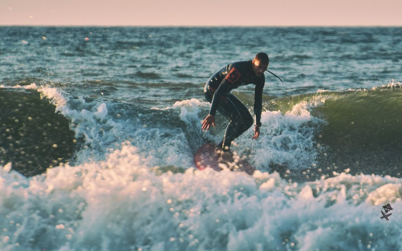surfer na longboardzie w chałupach board for kids