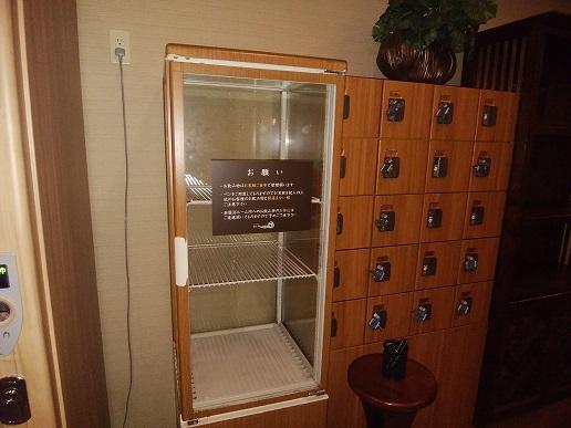 仙川 湯けむりの里 岩盤浴室前の冷蔵庫・貴重品ボックス