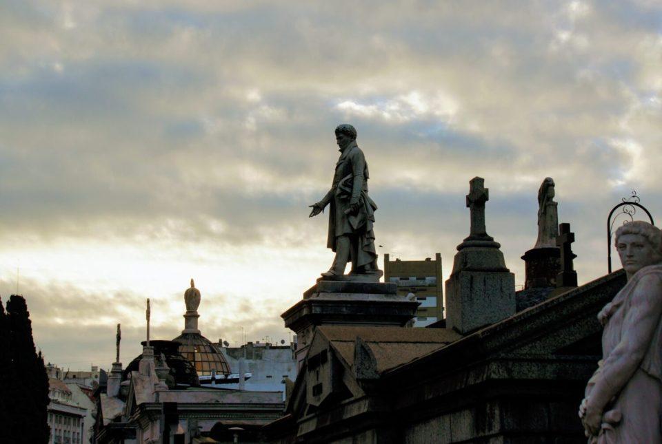 la recoleta cemetary statues