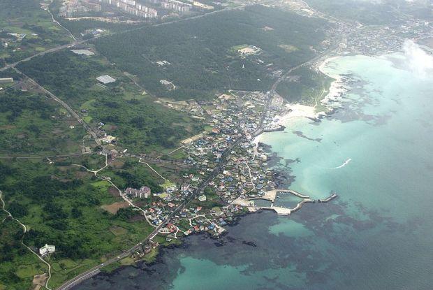 Hyeopjae Beach (Wikimedia Commons photo)