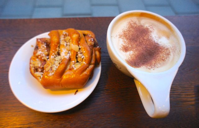 Kanelbulle and latte
