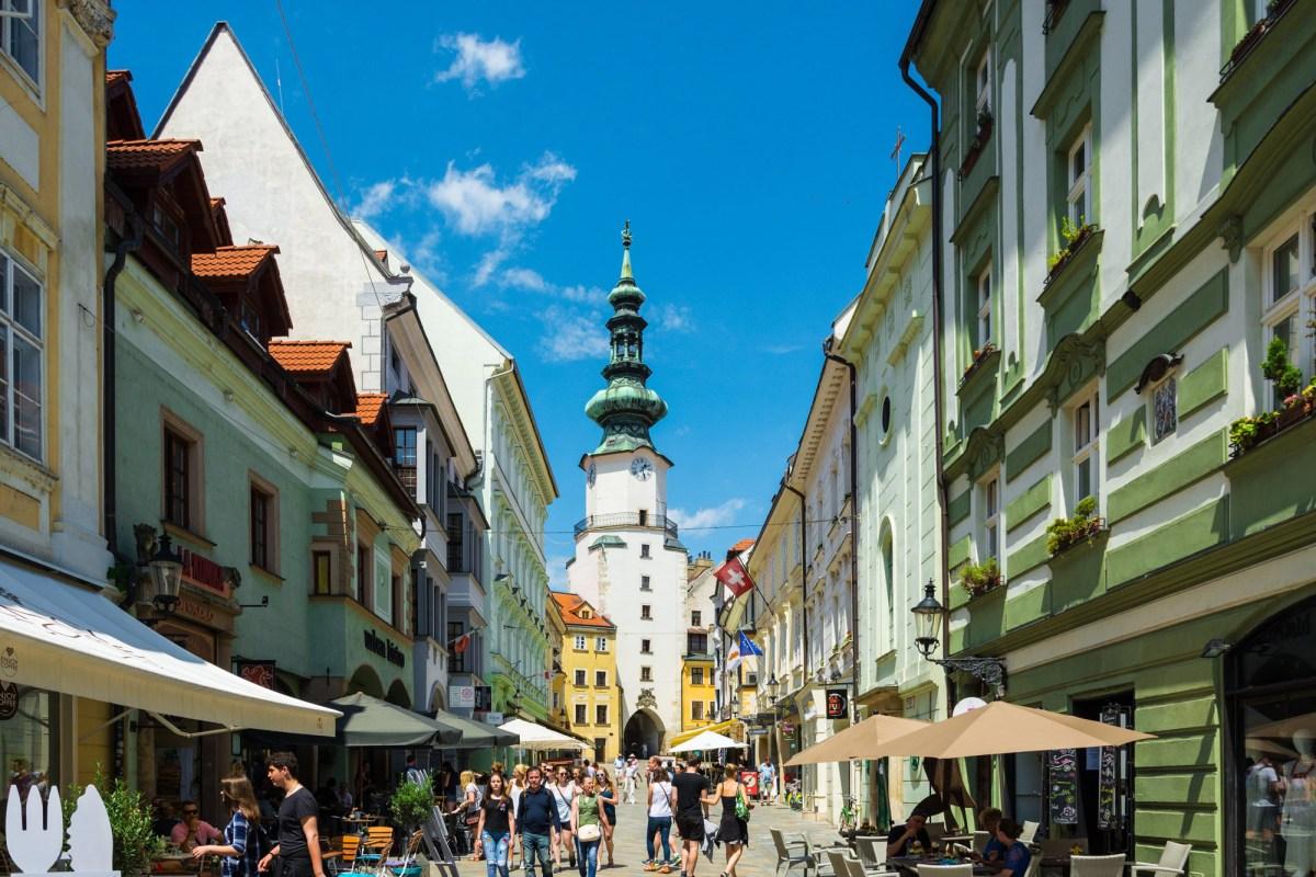 Кафе/рестораны одной из главных улиц Братиславы (Michalska) - вид на Михайловские ворота
