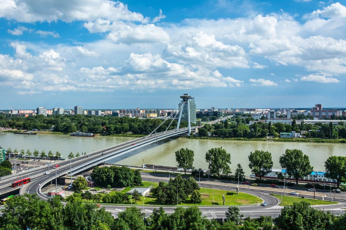Братислава: вид на Дунай и на Новый мост со смотровой площадки