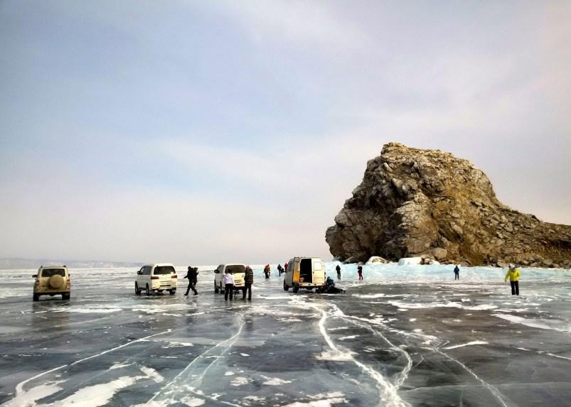 авто на замерзшем Байкале