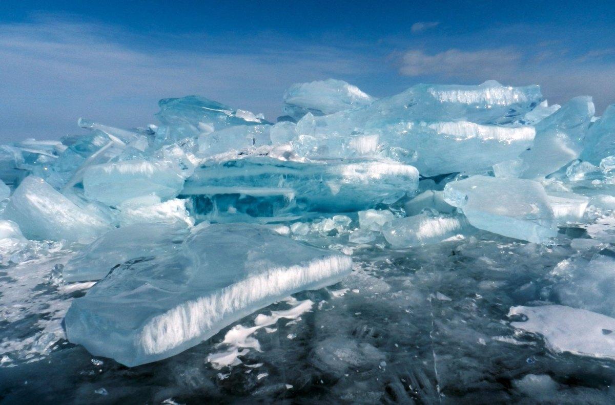 Торосы на замерзшем Байкале