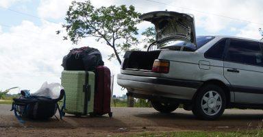 キューバにてパンク3回目。スーツケースは外において車を軽くした