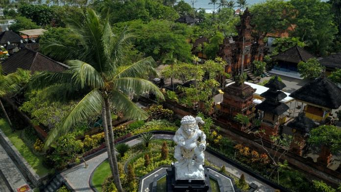 what to do in Seminyak: Petitenget Temple