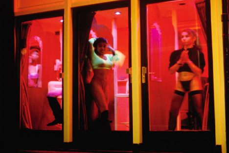 https://i0.wp.com/travel.smart-guide.net/wp-content/uploads/2009/07/Red-Light-District1.jpg