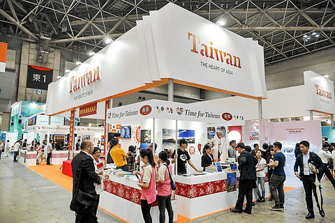 「ツーリズムEXPOジャパン2015」の台湾ブースは、台湾各地の観光名所や台湾グルメをアピール 新制服の中華航空のCAと記念撮影ができる - トラベル Watch