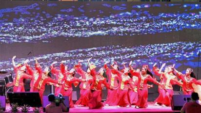 SMJK Hua Lian students enchanting audiences with their Chinese traditional dance.