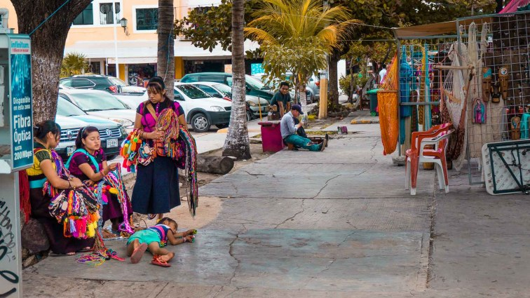 Itinerary Yucatán. Women on the street in Cancun