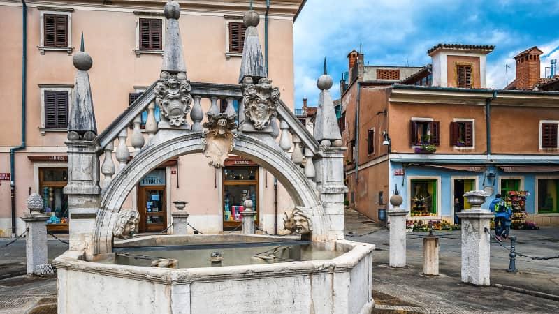 The Da Pontejev fountain is a replica of Venice's Rialto Bridge.