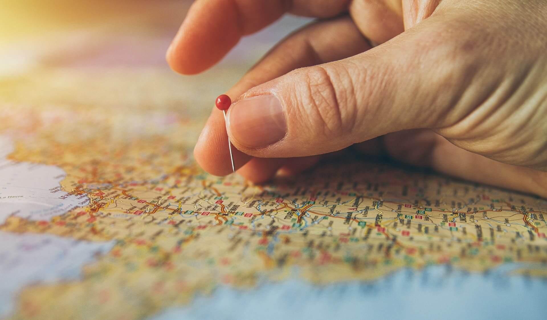 地図の上にピンを指す