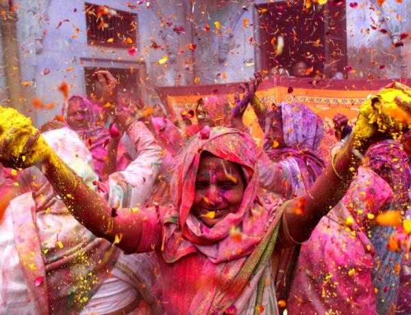 Woman celebrating Holi in India. Credit SHOWKAT SHAFI/AL JAZEERA