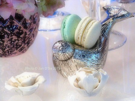 Love this macaroon holder in the form of a bird
