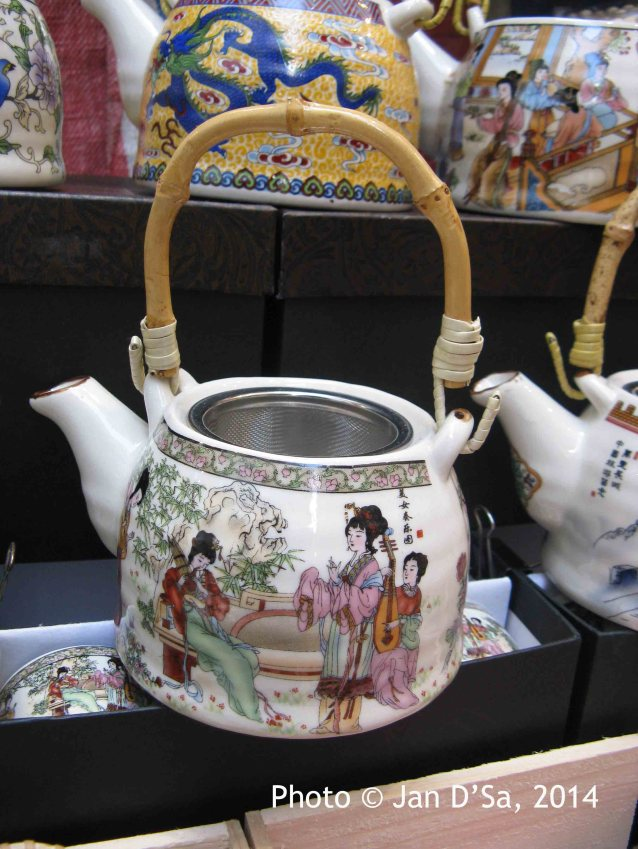Oh! I so wanted to buy this kettle/tea pot. I have so many black tea bags from Hong Kong and Taiwan waiting to be used!