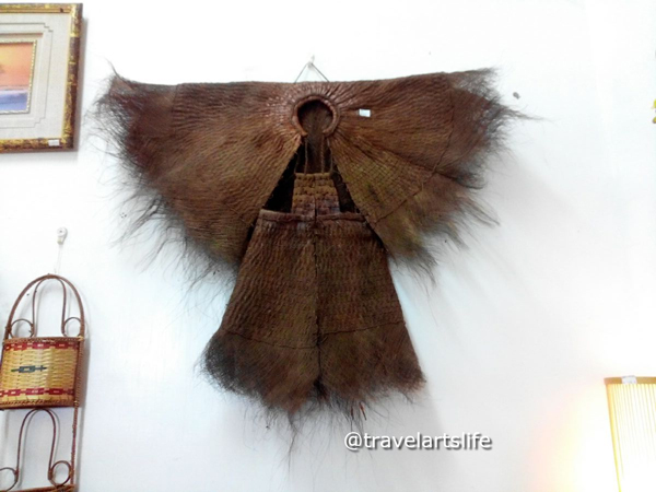 Cloak made of palm tree fibre and its waterproof