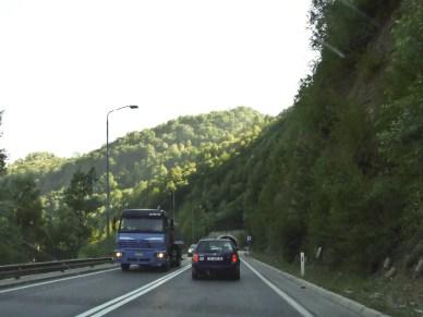 Poza jedną autostradą, szerszych dróg nie ma...
