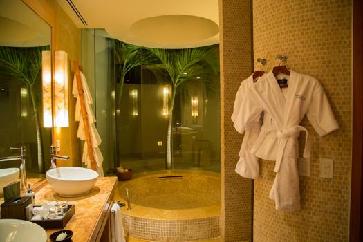 Rosewood Mayakoba con los niños - El cuarto de baño con túnicas de tamaño niño