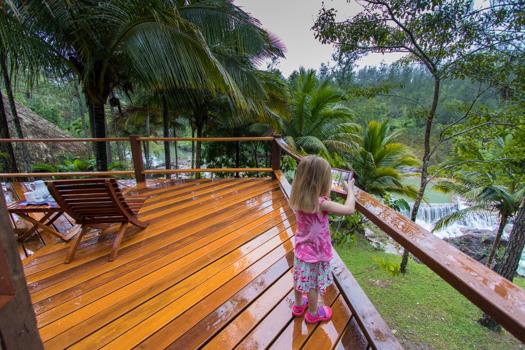 Belice con niños - Nuestra cabaña en Blancaneaux Lodge, con vistas a una cascada