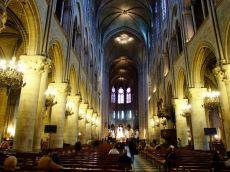 În interiorul catedralei Notre Dame