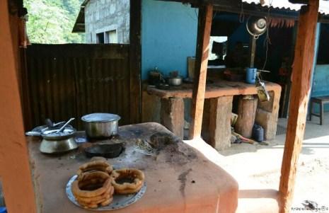 Gogoşi în bucătăria exterioară a unei cârciumi din drum