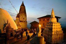 Swayambhunath este unul din cele mai vechi situri religioase din Nepal, venerat deopotrivă atât de hinduşi cât şi de budişti.