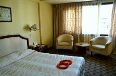 Camera arată bine. Mobilier vechi dar curat. Etajul 4. Chiar şi aşa, nu plecam fără să închidem uşa, din cauza maimuţelor care dădeau târcoale hotelului.