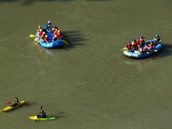 Rafting pe Trisuli. Canotorii erau, chipurile, paznici și salvatori. Credit foto: Roxana