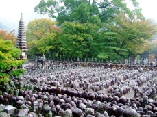Adashino Nembutsu-ji (化野念仏寺) este un templu fondat în 811