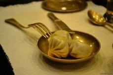 Momo servit într-un restaurant mai elegant