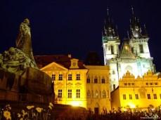 În Stare Město, cu biserica Tyn şi statuia lui Jan Hus