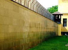Zidul din curtea interioară este marcat cu numele celor care au trecut prin închisorile politice comuniste