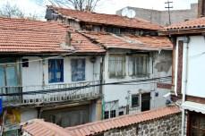 Undeva în zona veche. Numele hotelului aminteşte de un vechi meşteşug şi de calitatea covoarelor ţesute în această parte a lumii.