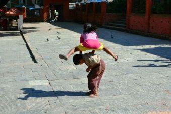 În curtea unui templu din Patan