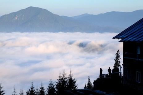 Marea de nori, ora 6 dimineața. Cabana Fântânele, masivul Ceahlău.