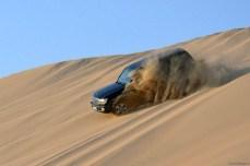 Cu jeepul în deşert. Orientul Mijlociu, la graniţa dintre Qatar şi Arabia Saudită.