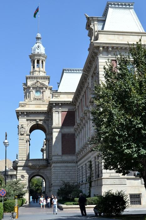 Baku. Clădire veche, renovată şi placată cu travertin.