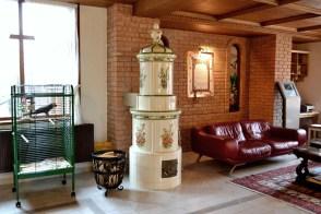 Lobby-ul Casei Comana, păzit de papagalul Fănică