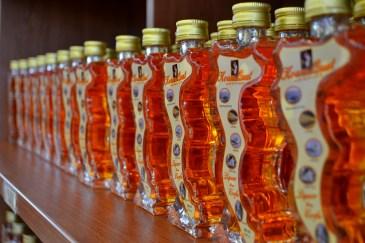 Koum Quat se vinde în sticle ce au forma insulei